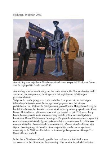 Aanbieding boek aan korpschef Henk van Zwam