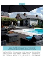 Het klassieke zwembad met rechthoekige vorm, azuurblauw water ...