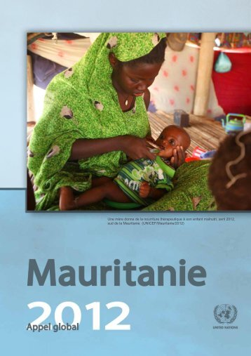 Une mère donne de la nourriture thérapeutique à son enfant ...