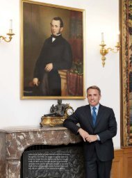 Andrea Kracht posiert vor einem Porträt seines Ur ... - hoteljournal.ch